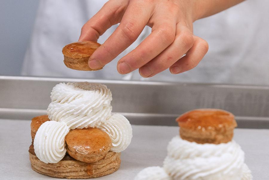 Préparation d'un saint-honoré à l'Atelier des Gourmands, pâtisserie traiteur à Paris
