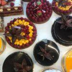 Assortiment de tartes et pâtisseries individuelles de l'Atelier des Gourmands