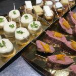 A picorer lors d'une soirée : des aiguillettes de volailles, du canard, des tartines de fromage affiné…